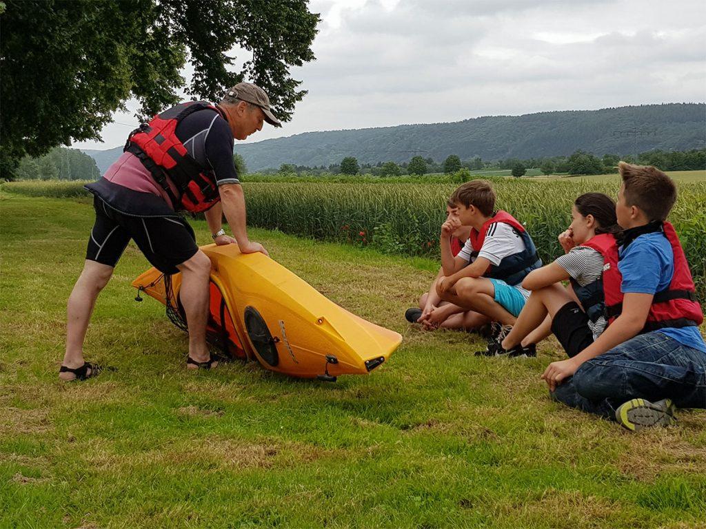 Der Einführung in die Bootskunde durch Wanderwart Peter Schlecking lauschten Noah Meurer, Marius Kindel, Nora Kindel und Tom Meissen (v.l.n.r.)